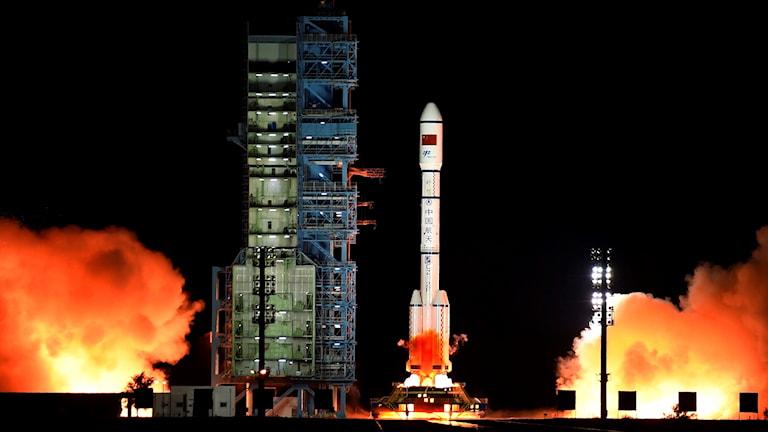 Kinas andra rymdstation Tiangong-2 precis när den skulle skickas upp i rymden.