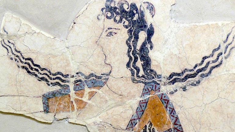 En bit av en målning på en kvinna. Den uppskattas vara mellan 1 600 och 1 450 år gammal och kommer från den minoiska kulturen