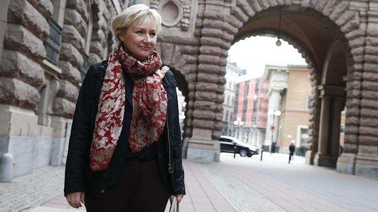 Helene Hellmark Knutsson (S) utanför riksdagen.