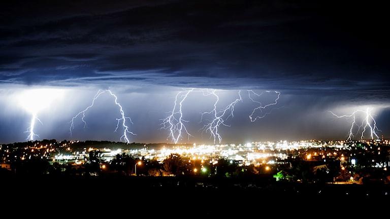 Fyra skarpa blixtar över staden Gillette i Wyoming, USA. Foto: TT