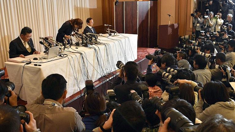 Haruko Obokata bugar under presskonferens.