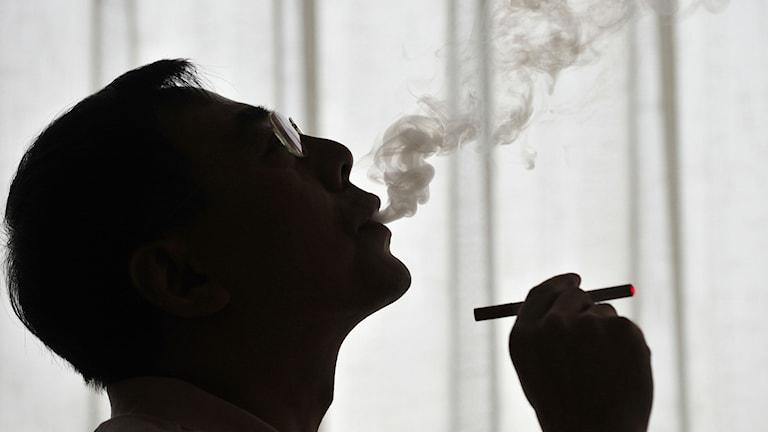 man i profil röker