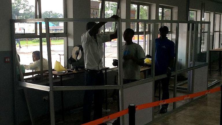 Hälsokontroll på flygplats i Sierra Leone