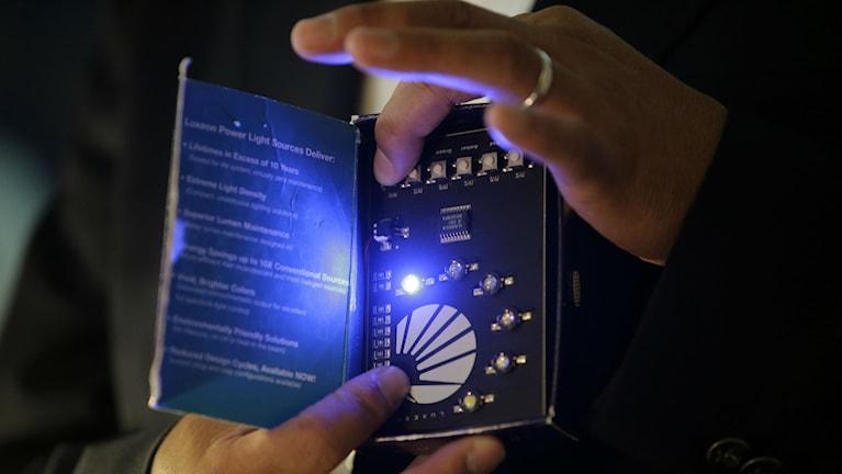 Shuji Nakamura demonstrerar LED-teknik i exempelvis lampor och mobiler. Nästa steg kan bli trådlös kommunikation.