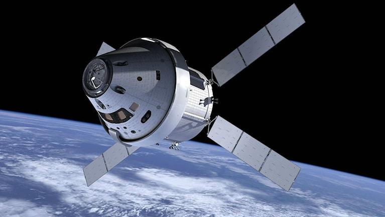 Rymdfärjan Orion syns utanför jordens atmosfär. Orion är konformad med fyra solpaneler som sticker ut från basen av konen.