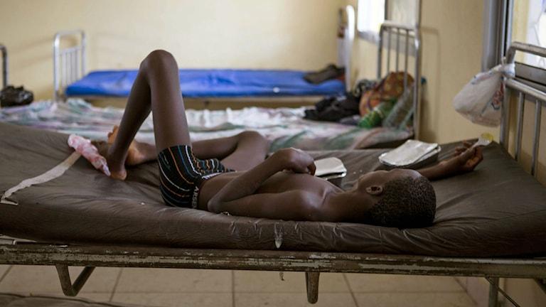 Ett barn behandlas för ebola i Sierra Leone.