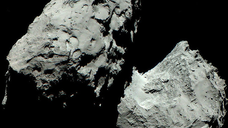 Nypublicerade färgbilder av kometen visar att den är lika färglös som tidigare. Foto: ESA/Rosetta/MPS for OSIRIS Team MPS/UPD/LAM/IAA/SSO/INTA/UPM/DASP/IDA