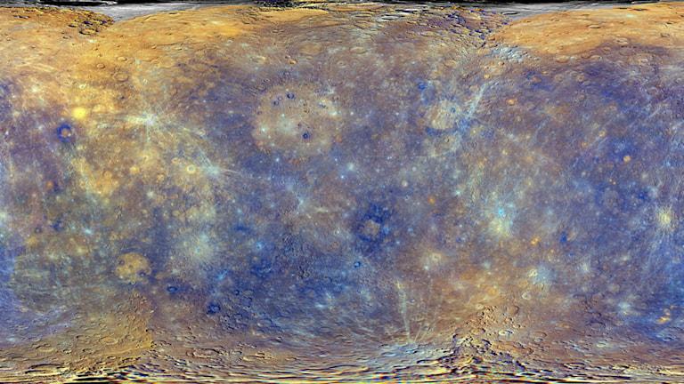 En bild av Merkurius yta som har kommit från rymdsonden Messenger. Färgerna är pålagda i efterhand för att beskriva variationer i kemi, mineralogi och fysikaliska egenskaper på ytan. Bild: NASA/Johns Hopkins University Applied Physics Laboratory/Carnegie Institution of Washington.