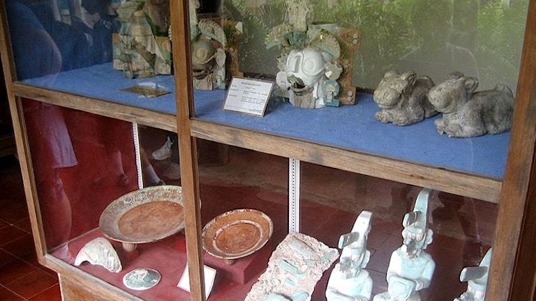 Föremål från Mayakulturen på ett museum i Tikal.