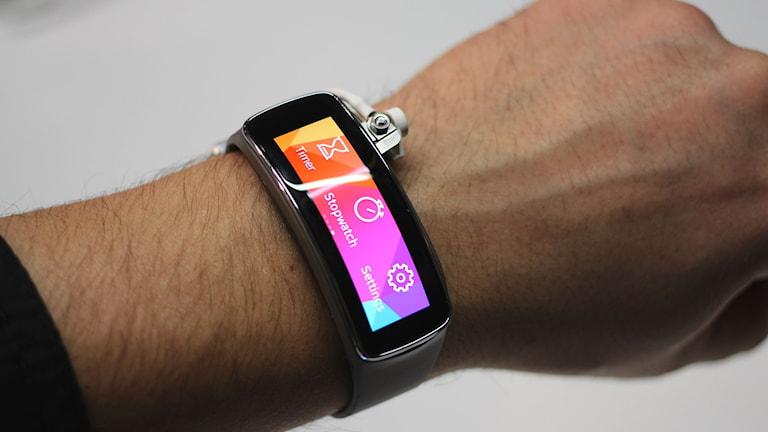 Ett armband med digital skärm sitter runt en handled.