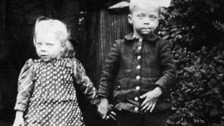 Två barn håller varandra i hand