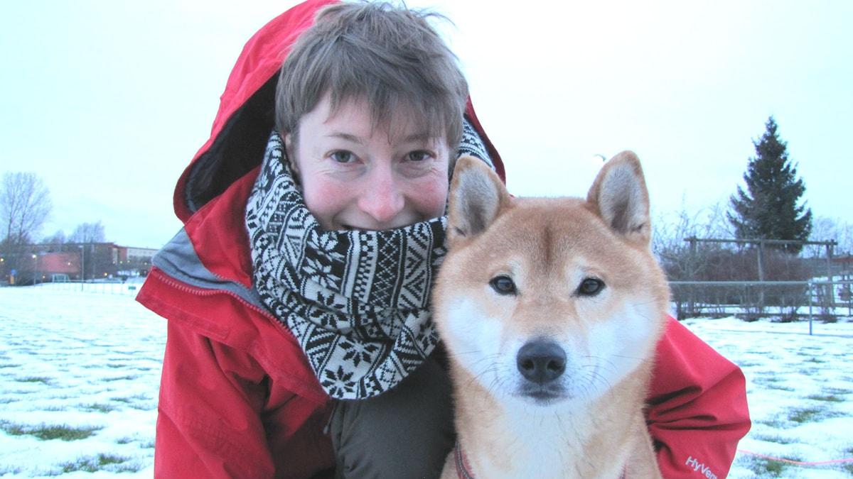 Cecilia Lindqvist med hunden Hachi