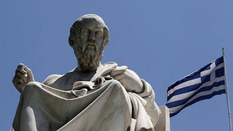 Den grekiska filosofen Platon framför Atens akademi. Foto: AP/Dimitri Messinis