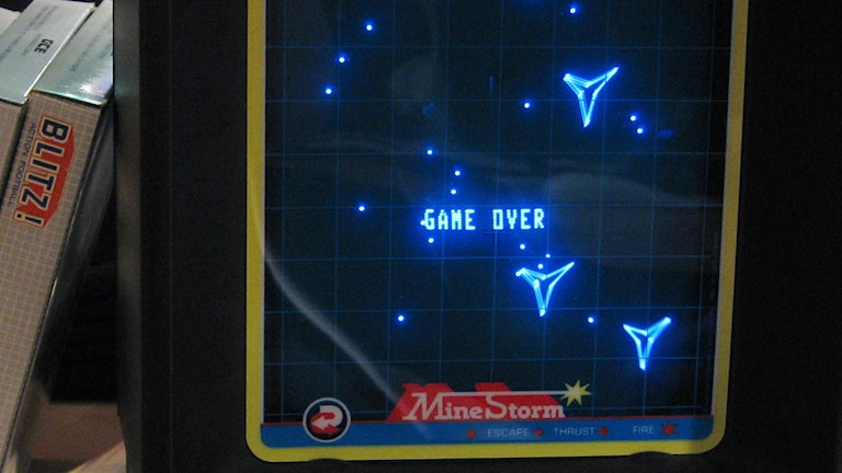 Game over står det på en skärm, runtom orden syns blåa pixlar.