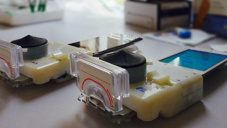 En apparat som kan utföra tester för att upptäcka HIV eller syfilis drivs med hjälp av en smart telefon. Foto: Samiksha Nayak, Columbia Engineering.