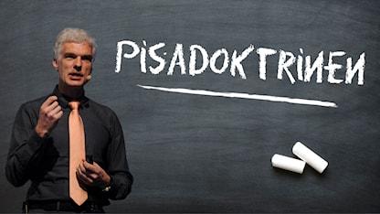 Andreas Schleicher, chef för Pisa framför en evart tavla