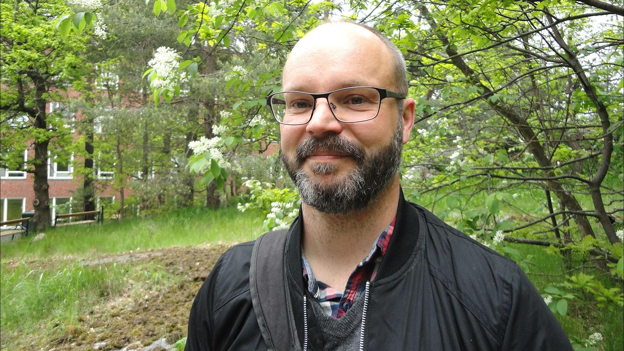 Genetikern Niclas Gyllenstrand utanför laboratoriet på Naturhistoriska riksmuseet där han jobbar.
