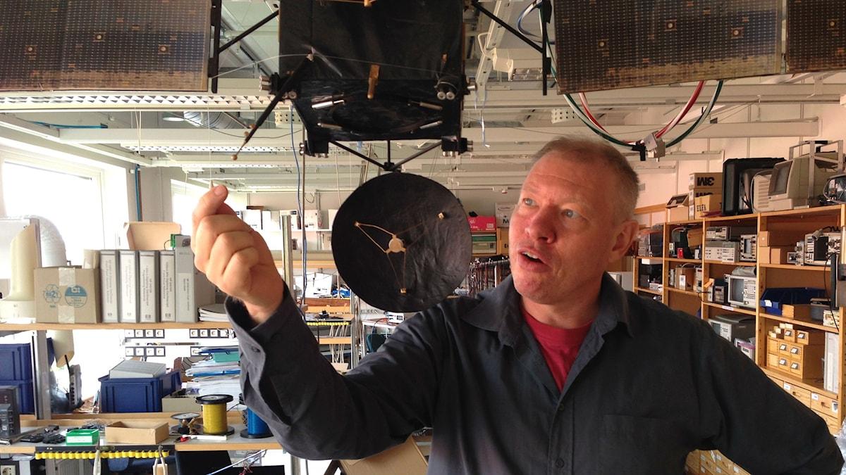 Anders Eriksson pekar på del av Rosettamodell. Foto: Lars Broström/SR