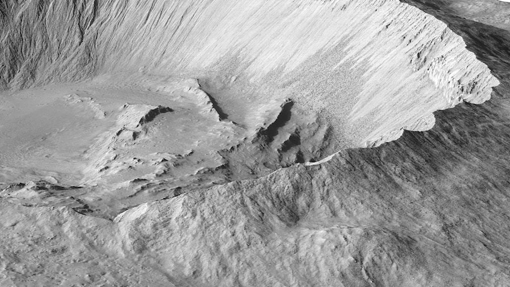 En krater i gråtoner. Bild: NASA/JPL/University of Arizona.