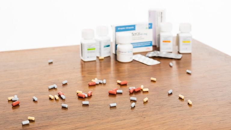 Piller och förpackningar på bord