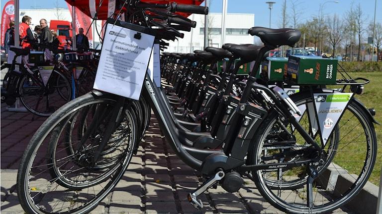 Många elcyklar parkerade i rad.  Foto: Martina Hertel