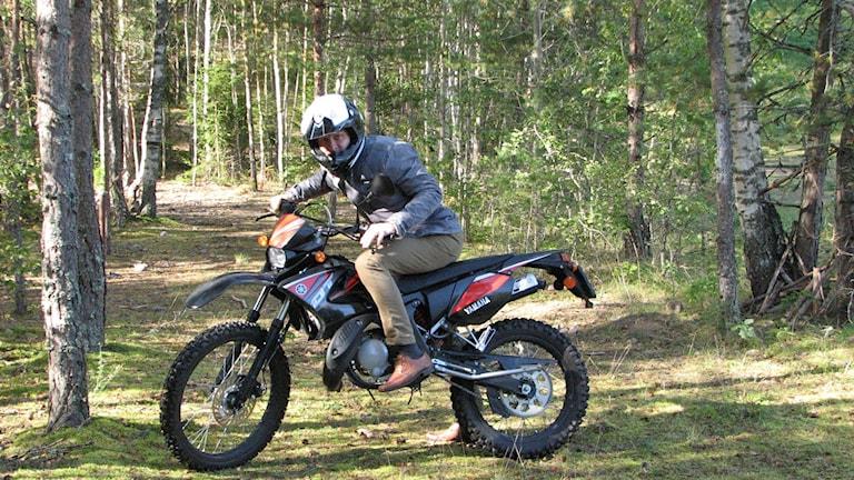 Gustaf Klarin på en moped, Sveriges Radio. Foto Artur Larsson/Artdatabanken.