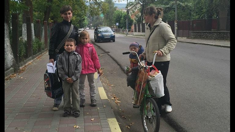 Familj och väninna på en gata