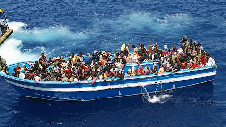 Flyktingar räddas av svenska Kustbevakningens fartyg på Medelhavet.