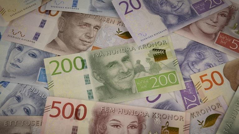 nya sedlar i en hög. Foto: Riksbanken