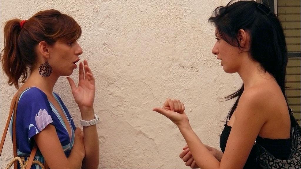 Två kvinnor i samtal med varandra. Foto: Demo/Flickr CC BY-NC-ND 2.0