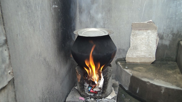 Matlagning över öppen eld, med skräp som bränsle. Foto: R. Loganathan (CC)