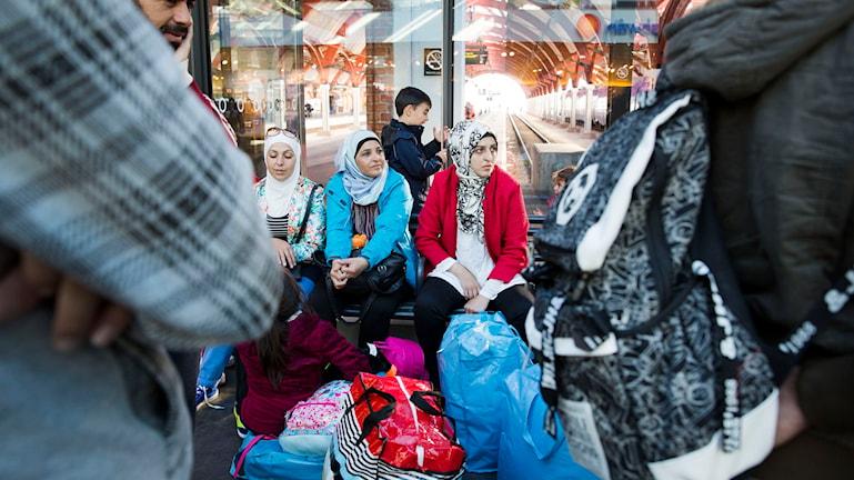 Kvinnor väntar med packning