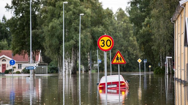 Bil nästan täckt av vatten