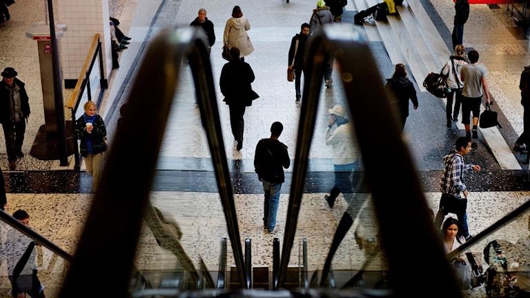 Folk på ett köpcentrum.