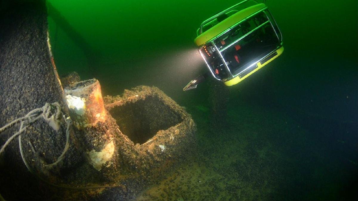 Undervattenfarkost undersöker dumpat material under ytan. Foto: Sjöfartsverket