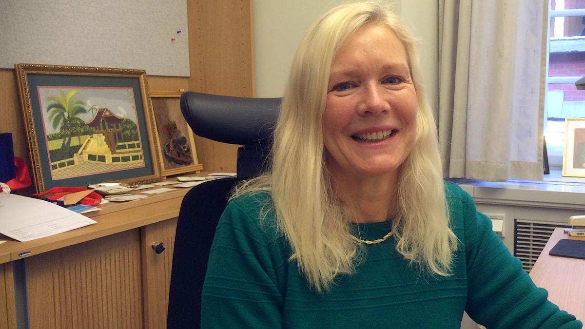 Anna Lindstedt på ett kontor. Foto: Marie-Louise Kristola/SR