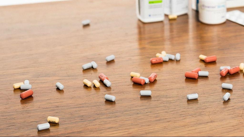 Piller och burkar. Foto: Mattias Ahlm/SR