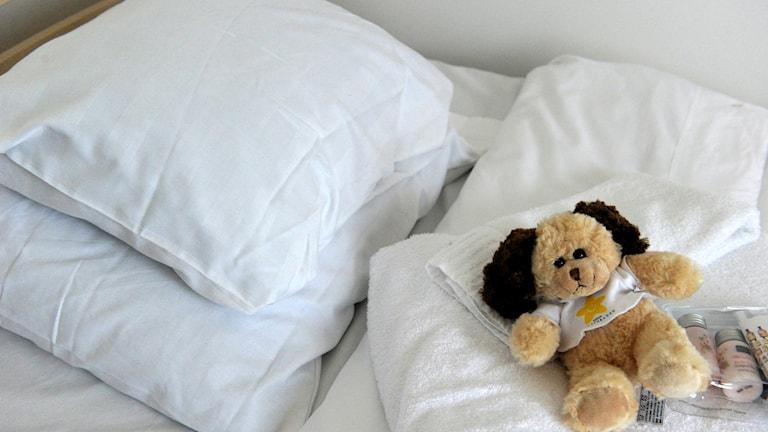 säng med nalle