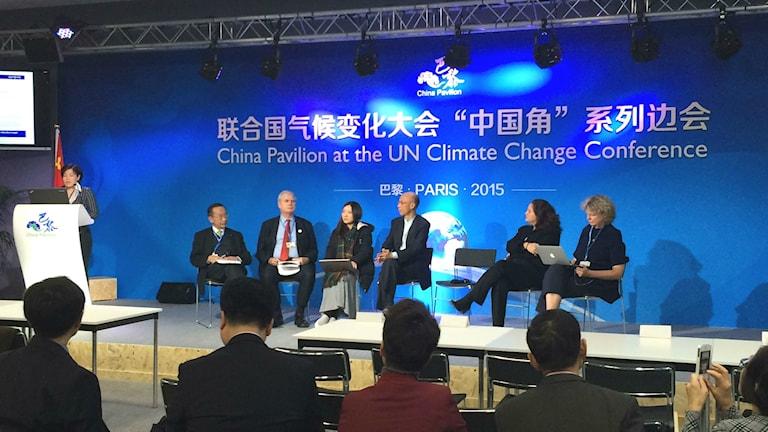 Under klimatmötet i Paris hölls många diskussioner om olika länders energisystem. Här diskuterar representanter ifrån Kina och Hong Kong hur de ska minska på sina utsläpp av växthusgaser. Foto: Pelle Zettersten/Sveriges Radio