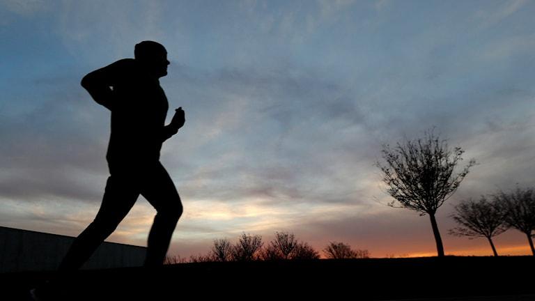 Man som joggar kvällstid. Foto: Julio Cortez/TT