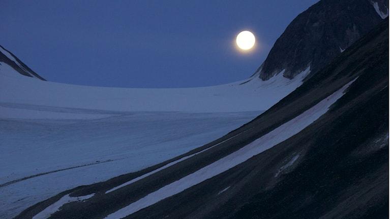 Fullmåne i i snölandskap. Foto: Geir Johnson (Norges Naturvitenskapelige Universitet, NTNU, and University Centre in Svalbard, UNIS).