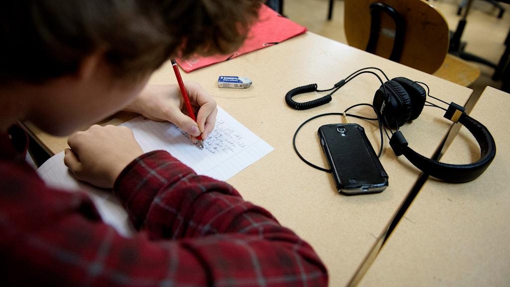 Elev skriver på papper. Foto: Jessica Gow/TT