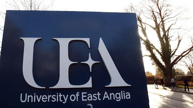 East Anglia, Blå skylt med vit text utanför universitet