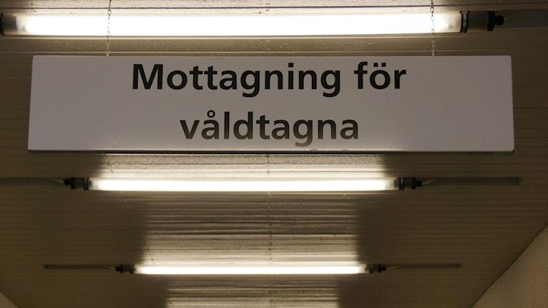 Skylt med texten mottagning för våldtagna. Foto: Urban Björstadius