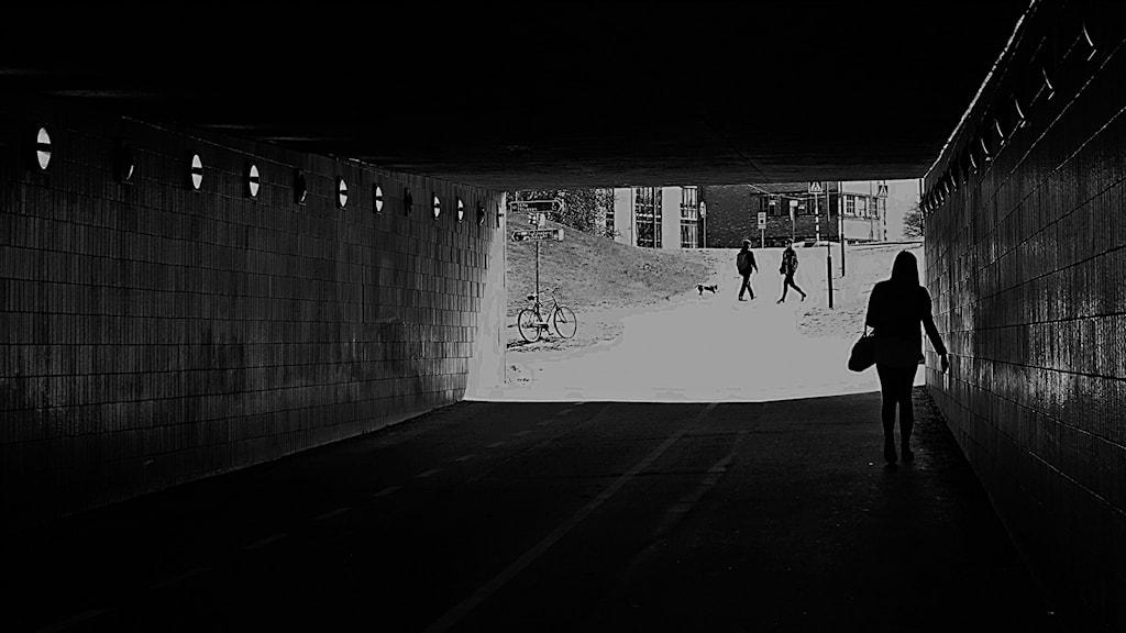 Kvinna går i en tunnel. Foto: Hasse Holmberg/TT