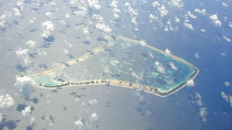 En flygplansbild över en atoll i Stilla Havet.