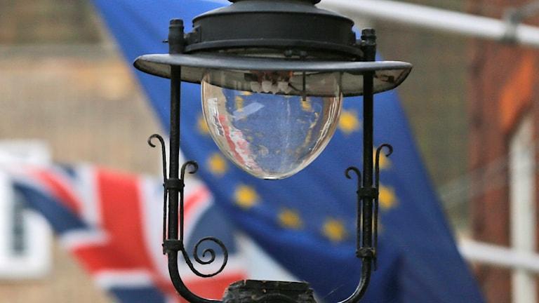 två flaggor, Storbritanniens och EU:s.