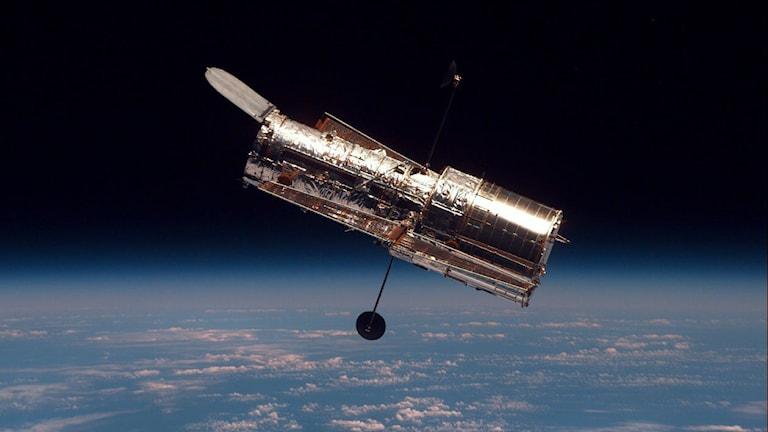 En bild på Hubble-teleskopet ute i rymden.