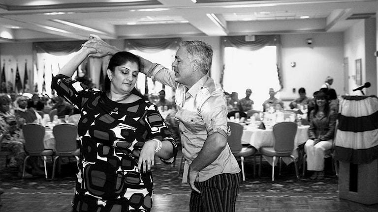 ett par som dansar salsa