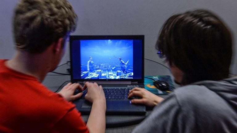 Tvp killar spelar ett datorspel